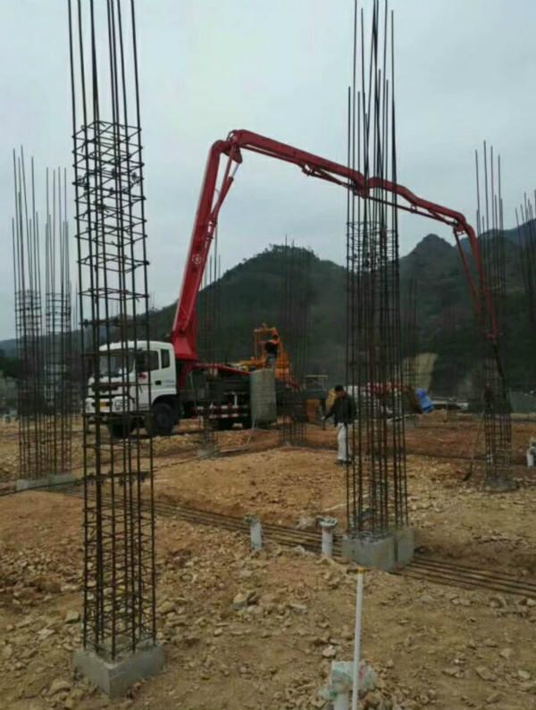 湖南鹏翔重工33米搅拌天泵在贵州凯里现场施工